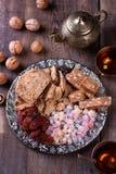 Восточная помадка на серебряной плите Турецкое наслаждение, halva, даты и другие Стоковые Изображения RF