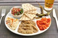 Восточное блюдо с нутом, баклажанами и освежениями стоковое изображение rf