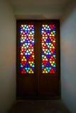 Восточные витражи, старые стеклянные двери с покрашенным цветным стеклом востоковедный орнамент Стоковые Фотографии RF