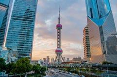Восточные радио жемчуга и ТВ возвышаются в Шанхае с современными городскими небоскребами, Китае Стоковая Фотография RF