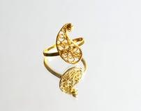 Восточные турецкие кольца золота handmade на белой предпосылке Стоковые Изображения RF