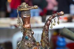 Восточный кувшин украшенный с шариками и цепями стоковое изображение