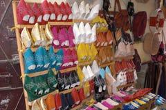 Восточный магазин babouche colorfull стоковая фотография rf