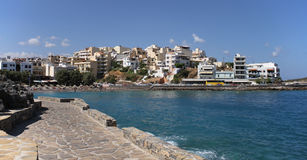 Восточный пляж залива, ажио Nikolaos, Крит, Греция стоковое фото