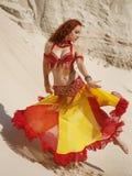 Восточный танцор в песке Стоковые Фотографии RF