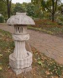 Восточный фонарик в японском саде в Kyiv Стоковое Фото