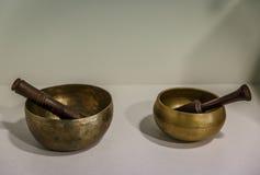 2 восточных золотых шара на таблице, в центре терапией Стоковая Фотография