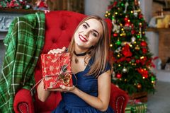 Восхитительная женщина получает коробку сюрприза и радуется Концепция новый Ye Стоковые Фото