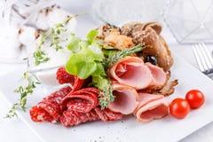 Восхитительная плита мяса, отрезая разные виды мясных продуктов стоковые изображения