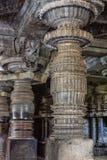 Восхитительно украсил штендер на виске Hoysaleswara, Halebidu, Karnatake, Индии стоковые фото