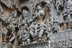 Восхитительно ornated резное изображение сброса на наружной стене виска Hoysaleswara стоковая фотография rf