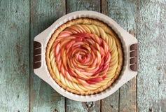 Восхитительный домодельный десерт Пирог при роза сделанная яблок в baki Стоковое Изображение RF