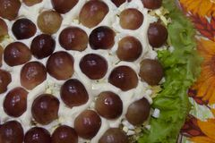 Восхитительный праздничный салат с виноградинами - красивое блюдо стоковая фотография
