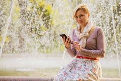 Восхитительная девушка с телефоном стоковые фото