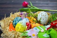 Восхитительно высекаенное покрашенное белое пасхальное яйцо - пасхальные яйца Стоковая Фотография RF