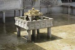 Восхитительно высекаенный мраморного Tiered фонтана стоковое фото