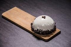 Восхитительный белый десерт украшенный с темным шоколадом стоковое фото