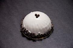 Восхитительный белый десерт украшенный с темным шоколадом стоковые фотографии rf