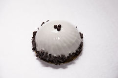 Восхитительный белый десерт украшенный с темным шоколадом Стоковое Изображение RF