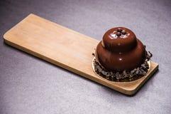 Восхитительный черный десерт украшенный с темным шоколадом Стоковое Фото