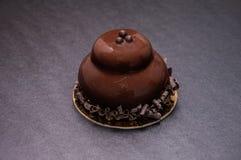 Восхитительный черный десерт украшенный с темным шоколадом Стоковая Фотография