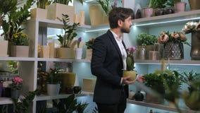 Восхищать клиента смотря расти цветков в баках сток-видео