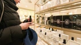 Восхищающ испытывая духи Diptyque торговый центр Парижа сток-видео