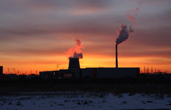 восходящий поток теплого воздуха захода солнца электростанции Стоковые Изображения