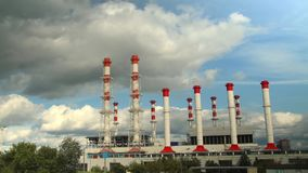восходящий поток теплого воздуха силы завода центрального отопления Timelapse видеоматериал