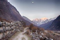 Восход луны долины Langtang над горой Стоковое фото RF