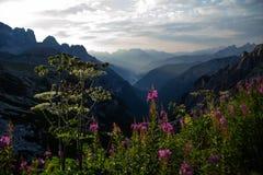 Восход солнца в горах доломитов, Италия Стоковое Фото