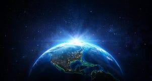 Восход солнца в космосе - голубая земля со светами города стоковые изображения