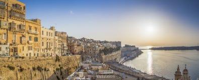 Восход солнца в Мальте с древней стеной Валлетты и грандиозной гавани Стоковая Фотография RF
