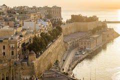 Восход солнца в Мальте с древней стеной Валлетты и грандиозной гавани Стоковые Фотографии RF