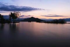 Восход солнца в озере lugu стоковые изображения rf