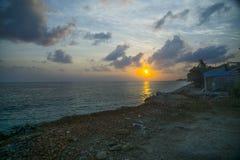 Восход солнца в пляже Nusa Penida стоковая фотография rf
