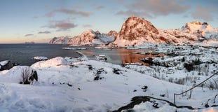 Восход солнца в Sorvagen на Lofoten, Норвегии стоковые изображения