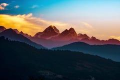 Восход солнца горной цепи Непала Helambu стоковая фотография rf