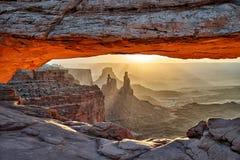 Восход солнца за сводом мезы в национальном парке Canyonlands стоковая фотография rf