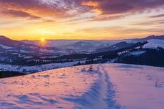 Восход солнца зимы в горах холмов стоковое фото