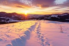 Восход солнца зимы в горах холмов стоковые фото