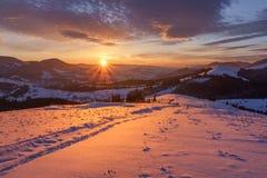 Восход солнца зимы в горах холмов стоковые изображения rf