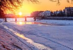 Восход солнца зимы на банке льда покрыл реку Uz Стоковые Изображения RF