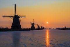 Восход солнца зимы на мельницах ветра Kinderijk в Нидерландах стоковое изображение