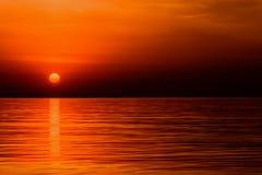 Восход солнца малинового красного цвета оранжевого солнца над океаном Стоковая Фотография