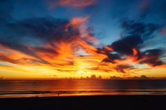 Восход солнца над Атлантикой с пламенистым небом Стоковое Изображение