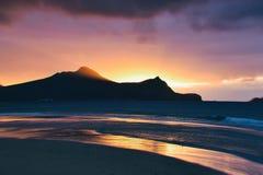 Восход солнца над Атлантическим океаном от пляжа на Порту Santo стоковые изображения rf