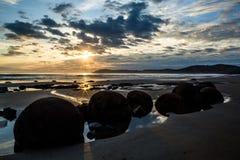 Восход солнца над валунами пляжа Moeraki Стоковые Изображения RF