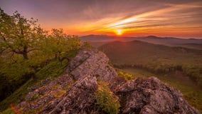 Восход солнца над горами акции видеоматериалы