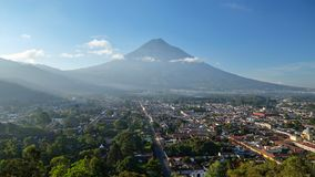 Восход солнца над городом Антигуы, Гватемалой стоковые изображения rf